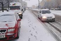 V úterý ráno překvapil Mostecko sníh, na snímku ze 31. března situace na třídě Budovatelů v Mostě.
