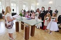 Budoucí manželé Tutkovi si řekli své ano v sálu litvínovského zámku. Oddává je litvínovská místostarostka Erika Sedláčková.