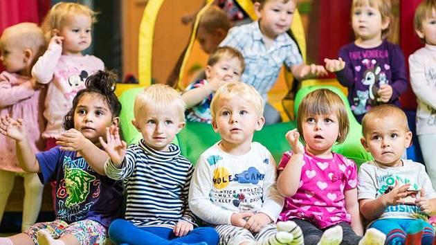 Na fotografiích v kalendáři jsou zachyceny děti z denního dětského rehabilitačního stacionáře a střediska denní péče.