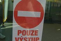 Na zákaz nástupu jinými dveřmi než předními upozorňují značky.