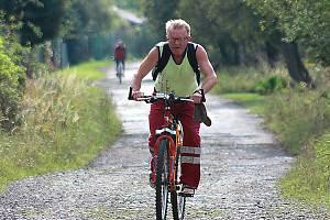 Cyklista na stezce u Horního Jiřetína.