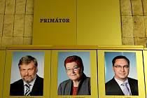 Nástěnka na radnici. Volné místo pro fotografii nového mosteckého primátora. Do jeho zvolení vládnou současní náměstci s městskou radou z roku 2010.