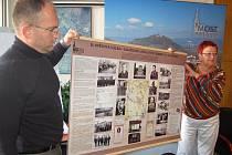 Mostečtí radní v roce 2012 ukázaly novou mapu zajateckých a pracovních táborů na Mostecku určenou i pro školy.