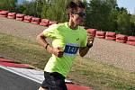 Olympijský běh na mosteckém autodromu.