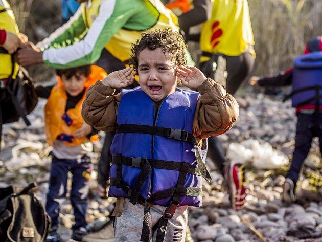 Malý uprchlík pláče po přistání na řeckém ostrově Lesbos v říjnu 2015..