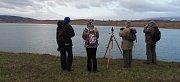 Členové mosteckého Ornitoklubu sčítali vodní ptáky na jezeře Most.