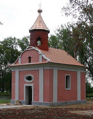 Zrekonstrovaná kaple v Moravěvsi u Havraně. Stále v ní chybí nábytek.