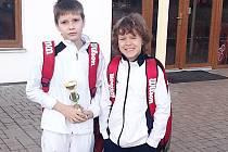 Zleva Petr Podolán a Jiří Kroužek s pohárem při odjezdu z tenisového turnaje mladších žáků v Poděbradech.