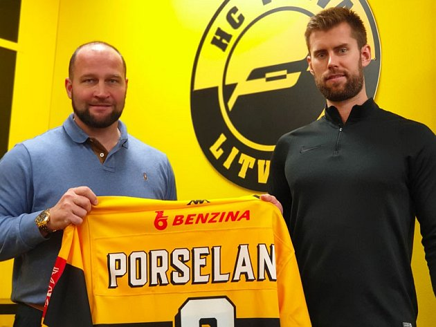 Švédský obránce Mathias Porseland s generálním ředitelem Jiřím Šlégrem..