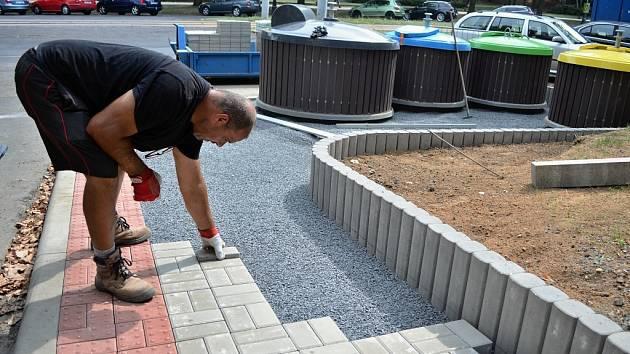 Stavební dělník Miroslav Kováč pokládá betonovou dlažbu u stanoviště před mosteckým blokem 91.
