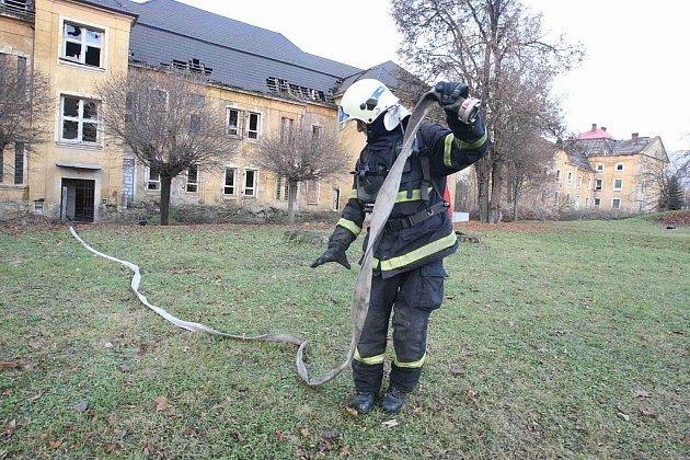 Hasiči zasahují u požáru odpadu v bývalých kasárnách