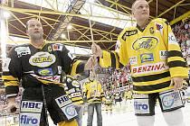 Jiří Šlégr a Robert Reichel zvoní na zvon při exhibici na litvínovském stadionu.