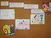 Nástěnka v kateřinské hasičárně s dětskými malbami.