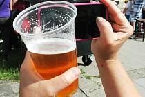Kelímky patří po vypití nápoje do koše, nejlépe do tříděného odpadu. To už ví každé malé dítě.