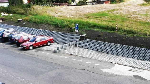 Nové parkoviště u věznice v Bělušicích.