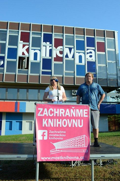 Demonstrace proti stěhování knihovny v Mostě