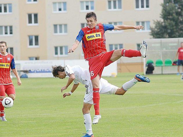 Dorostenci FK Baník Most (v bílém) čeká v pátek duel na trávě Mladé Boleslavi.