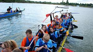 Školní závody dračích lodí na Matyldě v Mostě v pátek 24. září.