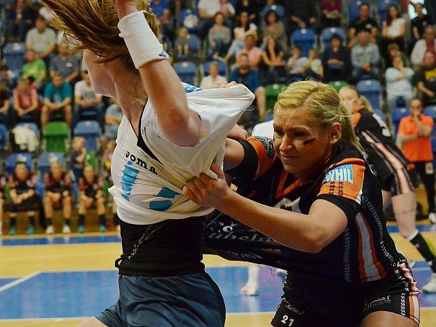 Mostecká Simona Szarková v zápase s Porubou. Ilustrační foto je z posledního play off.