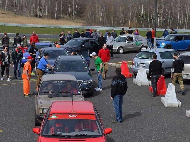 Autoshow na mosteckém autodromu.