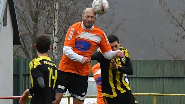 Mezibořský fotbalista Petr Johana (v oranžovém).
