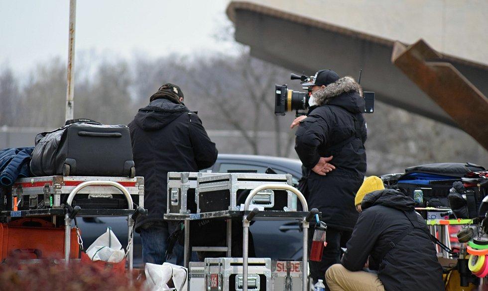 Natáčení britského seriálu Extinction v Mostě skončilo o víkendu.