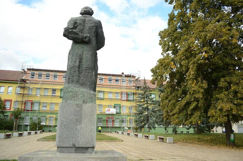 Georgi Michajlovič Dimitrov, bulharský revolucionář a komunistický pohlavár, má sochu u 7. ZŠ v Mostě.