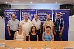 Čelní kandidáti Sdružení Mostečané Mostu, uprostřed lídr Jan Cee.