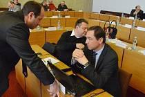 V Mostě zasedá zastupitelstvo. Na snímku před zahájením jednání primátor Jan Paparega (Severočeši Most) a Luboš Pitín (SMM), uprostřed Jan Syrový (SMM).