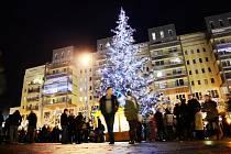 Nával v centru Mostu. Rozšířený vánoční trh přilákal stovky lidí.