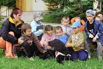 Děti ze školky v Bečově se záchranářskou fenkou Grace.