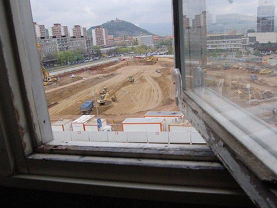 Takto blízka mají obyvatelé domu u Bati ke stavbě. Stará okna je před prachem neuchrání.