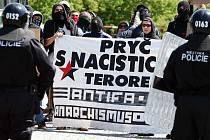 Antifašisté s transparenty na nádraží v Mostě, střetu s ultrapravicí zabránila policie.