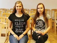 Hanka Štípková (vlevo) a Káťa Bajanová chtějí humorem pomoci šíření ekologického smýšlení