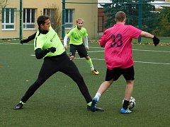 V souboji o míč hráči letošních semifinalistů Jan Kopta (Jablíčka Chomutov) a Petr Nový (Inseminátors FC).