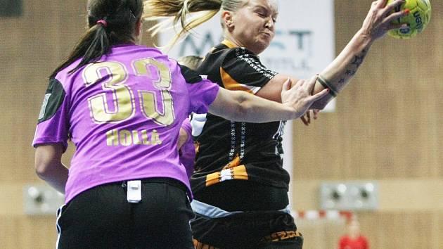 Na archivní snímku je mostecká Petra Růčková (v černém). První finálový duel její tým prohrál.