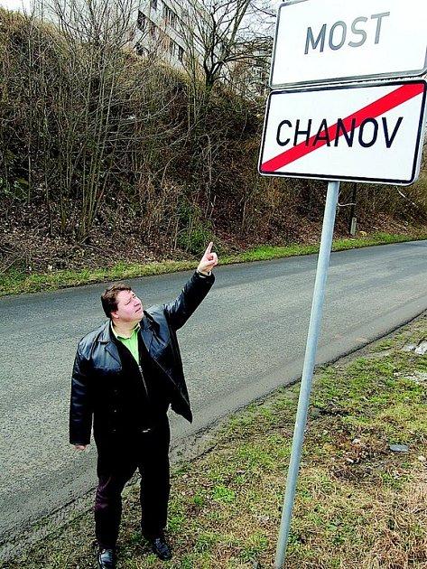 Starosta Obrnic Stanislav Zaspal ukazuje, že opravdový Chanov je u něj, nikoliv v Mostě.