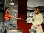Zita Benešová (vpravo) jako Blanche a Lilian Fischerová jako Stella na zkoušce psychodramatu Tramvaj do stanice touha v mosteckém divadle