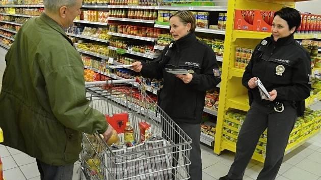 Policie v hypermarketu Albert v Mostě v pátek 27. března radila zákazníkům jak čelit kapesním krádežím..