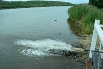 Město Most začalo 31. července dopouštět vodou z Ohře jezero Matylda, kde chybí půl metru vody.