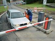 Mostecká nemocnice zavádí placené parkování. Systém je zatím ve zkušebním provozu.