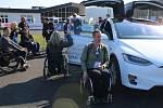Účastníci si mohli vyzkoušet třeba jízdu elektromobilem Tesla. Ten budil u návštěvníků velkou pozornost - fotili se s ním a nemohli se dočkat, až si vyzkouší jízdu.