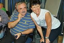 Kandidát na primátora Vlastimil Vozka a Alena Dernerová (oba Severočeši Most) při sledování on-line sčítání hlasů.