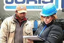 Kontrola nelegálních zaměstnancí na stavbě obchodního centra Central Most.