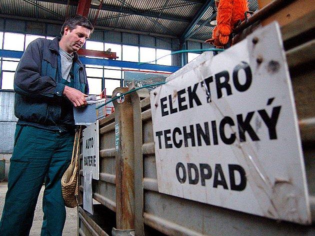 Správce sběrného dvora u mosteckých Rudolic Vlastimil Vostrý. Dvůr byl několik týdnů zavřený. Lidé nechávali odpad před zavřenou bránou.