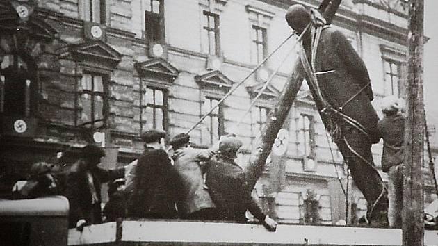 Nacisté nechali v říjnu 1938 odstranit sochu T. G. Masaryka z 1. náměstí v Mostě.