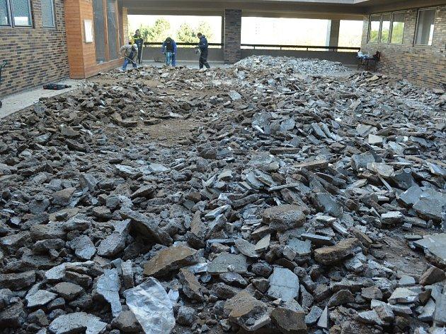 Havarijní oprava terasy v knihovně v Mostě. V sobotu dělníci odváželi poslední zbytky sutě.
