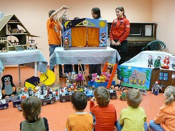 Pracovníci věznice hrají divadlo pro děti z dětského domova. Loutky i jiné hračky vyrobili odsouzení.