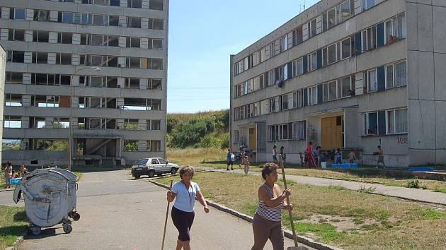 Sídliště Chánov na Mostecku. Řada bytů je tam vybydlených.