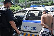 Městský strážník s devatenáctiletým mladíkem, který měl podle svědků onanovat na ulici. Případ vyšetřuje policie. Mladíkovi hrozí obvinění z trestného činu výtržnictví.